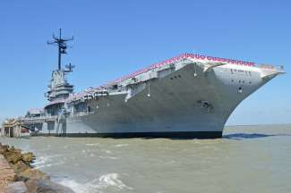 Groot schip aan de haven