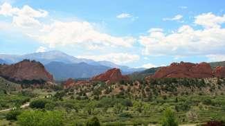 Groene natuur met typische rode steenformaties.