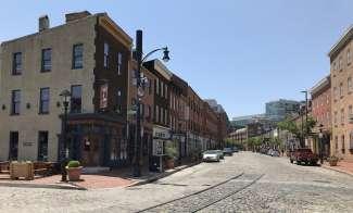 De historische wijk Fells Point staat bekend om de bars, restaurants, galerieën en boetieks.