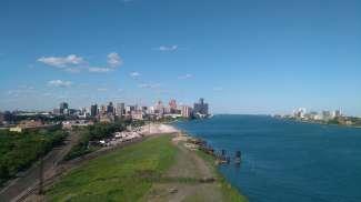 De stad ligt aan de Detroit River