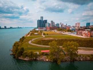Geniet naast de industriële achtergrond ook van de prachtige uitzichten over de Detroit River