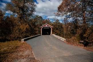 Deze kenmerkende bruggen staat bekend als Kissing bridge