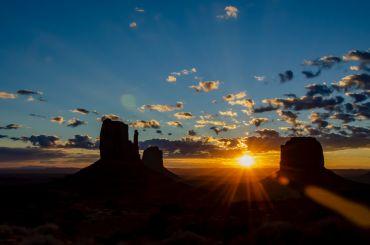 Sunrise boven Monument Valley