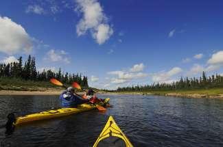 Op de talloze meren en rivieren kunnen verschillende watersporten worden beoefend.