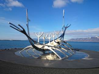 De Sun Voyager van kunstenaar Jón Gunnar Árnason brengt een ode aan de zon.