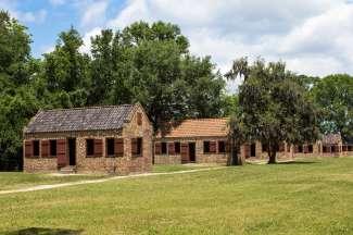 De slavenhuizen zijn te bezoeken op voormalige plantages.