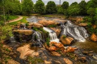 In Greenville kun je onder andere deze waterval bezoeken.