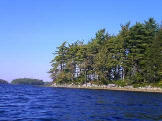 Een groot meer met dezelfde naam is ideaal voor watersporten.
