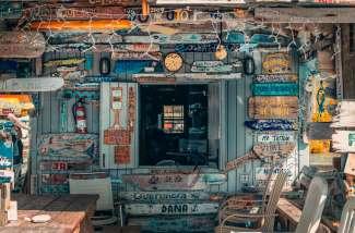 Geniet van alle oude en authentieke winkels op het eiland!