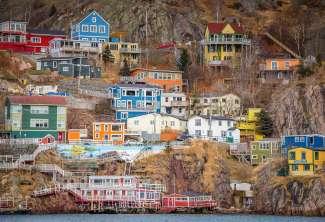 De kleurrijke huizen in St. John's in Newfoundland en Labrador springen erg in het oog.