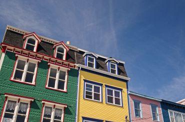 De kleurrijke gevens van huizen in St. John's