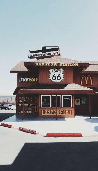 Een nep treinstation waar de McDonalds in gevestigd is.