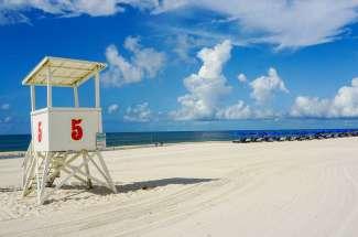 Maak een lange strandwandeling.