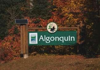 Het ingangsteken naar Algonquin Provincial Park in Ontario, Canada.