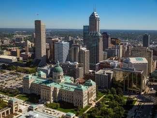 Uitzicht op de skyline en het Capitool van de staat Indiana