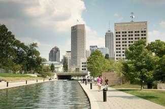 In de zomer kunt u peddelen of kajakken op het Central Canal.
