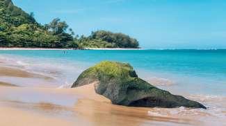 Kauai is een groenrijk eiland met paradijselijke stranden.