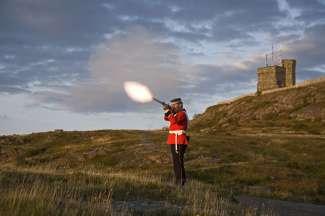 Bezoek Signal Hill in Newfoundland en bekijk de traditionele ceremonie.
