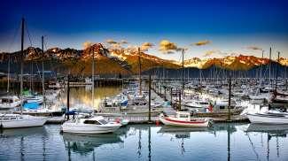 Pittoreske haven met berglandschap in Seward, Alaska