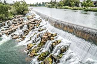 De kunstmatig aangelegde dam in de Snake River.