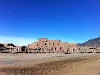Taos Pueblo is een nederzetting van huizen met meerdere verdiepingen, gebouwd in adobe-stijl.
