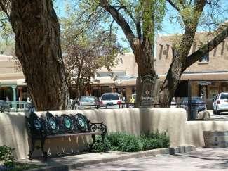 Taos Plaza is een klein park met bomen en banken omgeven door diverse winkels.