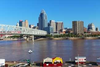 Aan de overkant van de rivier is er een prachtig uitzicht op de skyline van Cincinnati.
