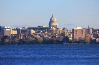 Vanaf het Monona Terrace Community and Convention Center heb je een geweldig uitzicht op de skyline van Madison.