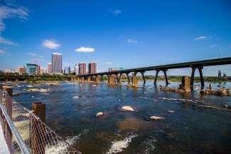 De skyline van Richmond vanaf de James River