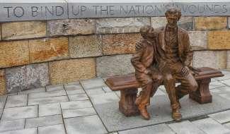 Het beroemde Lincoln and Tad Statue staat in Battlefield Park.