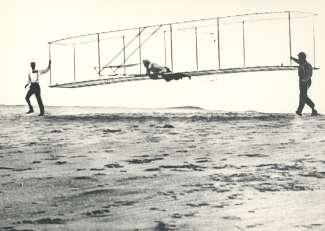 De gebroeders Wright maakten de eerste permanente vlucht mogelijk met een motoraangedreven machine.